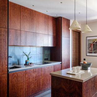 На фото: со средним бюджетом маленькие параллельные кухни в современном стиле с плоскими фасадами, темными деревянными фасадами, столешницей из акрилового камня, фартуком из керамической плитки, полом из ламината, островом, черным полом, бежевой столешницей, врезной раковиной, синим фартуком и техникой под мебельный фасад