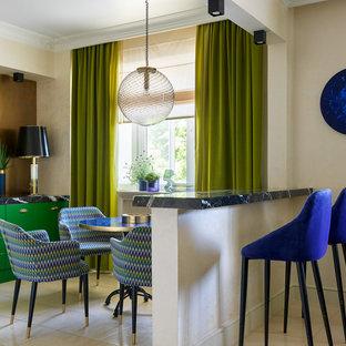 Стильный дизайн: линейная кухня в стиле фьюжн с обеденным столом, плоскими фасадами, зелеными фасадами, коричневым фартуком и черной столешницей - последний тренд