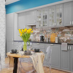 Свежая идея для дизайна: маленькая прямая кухня в современном стиле с фасадами с выступающей филенкой, серыми фасадами, разноцветным фартуком, светлым паркетным полом, бежевым полом и серой столешницей без острова - отличное фото интерьера