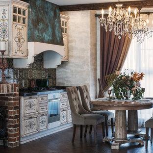 Новые идеи обустройства дома: кухня в классическом стиле с коричневым полом, фасадами с утопленной филенкой, искусственно-состаренными фасадами, разноцветным фартуком, техникой из нержавеющей стали и темным паркетным полом