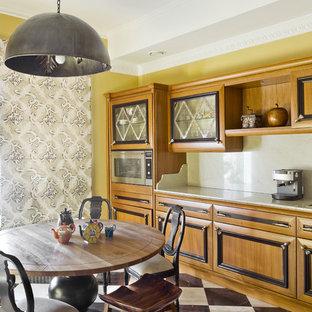 Неиссякаемый источник вдохновения для домашнего уюта: большая отдельная, линейная кухня в классическом стиле с фасадами цвета дерева среднего тона, мраморной столешницей, мраморным полом, бежевым фартуком и техникой из нержавеющей стали