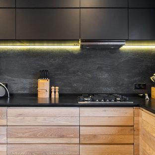 Идея дизайна: угловая кухня среднего размера в скандинавском стиле с столешницей из кварцевого агломерата, черным фартуком, фартуком из керамогранитной плитки, черной столешницей, плоскими фасадами и черными фасадами