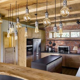 Неиссякаемый источник вдохновения для домашнего уюта: п-образная кухня в стиле лофт с накладной раковиной, фасадами в стиле шейкер, светлыми деревянными фасадами, островом и черной столешницей