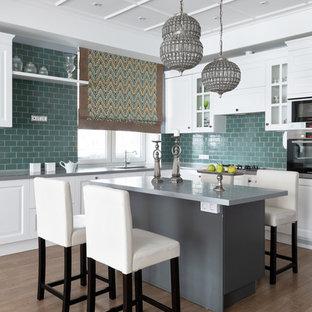 Idéer för mellanstora vintage grått kök, med en integrerad diskho, vita skåp, bänkskiva i koppar, grönt stänkskydd, stänkskydd i keramik, rostfria vitvaror, laminatgolv, en köksö, beiget golv och luckor med upphöjd panel