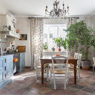Удачное сочетание для дизайна помещения: большая линейная кухня в стиле фьюжн с синими фасадами, серым фартуком, раковиной в стиле кантри, фасадами с выступающей филенкой и коричневым полом без острова - самое интересное для вас