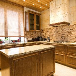 Пример оригинального дизайна интерьера: большая п-образная кухня-гостиная в стиле кантри с монолитной раковиной, столешницей из кварцита, разноцветным фартуком, фартуком из каменной плиты, полом из керамогранита, островом, бежевым полом, фасадами с выступающей филенкой, фасадами цвета дерева среднего тона и бежевой столешницей