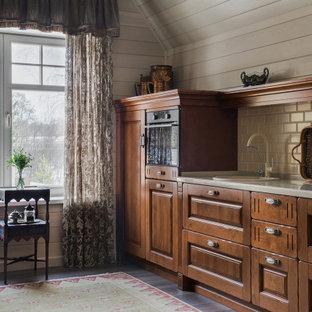 Стильный дизайн: большая прямая кухня-гостиная в классическом стиле с фасадами с выступающей филенкой, фасадами цвета дерева среднего тона, столешницей из акрилового камня, бежевым фартуком, фартуком из керамической плитки, черной техникой, полом из керамогранита, коричневым полом, бежевой столешницей, накладной раковиной, сводчатым потолком и деревянным потолком без острова в частном доме - последний тренд