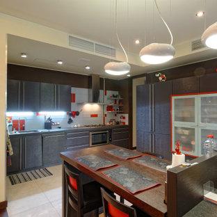 Свежая идея для дизайна: большая угловая кухня в современном стиле с обеденным столом, врезной раковиной, плоскими фасадами, темными деревянными фасадами, серым фартуком, техникой из нержавеющей стали, полом из керамогранита, серым полом и серой столешницей - отличное фото интерьера