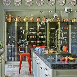 Idées déco pour une cuisine américaine parallèle éclectique de taille moyenne avec des portes de placard blanches, un îlot central, un évier encastré et un placard à porte shaker.