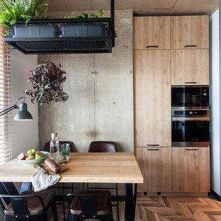 Industrial Küche mit Arbeitsplatte aus Holz, braunem Holzboden, braunem Boden und beiger Arbeitsplatte in Moskau