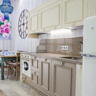 Идея дизайна: маленькая линейная кухня в средиземноморском стиле с обеденным столом, врезной раковиной, бежевыми фасадами, столешницей из кварцевого агломерата, коричневым фартуком, фартуком из каменной плиты, полом из керамогранита, бежевым полом, фасадами с утопленной филенкой и белой техникой без острова