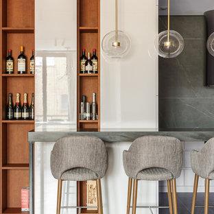 Новый формат декора квартиры: кухня в современном стиле с плоскими фасадами, белыми фасадами, столешницей из акрилового камня, серой столешницей и серым фартуком