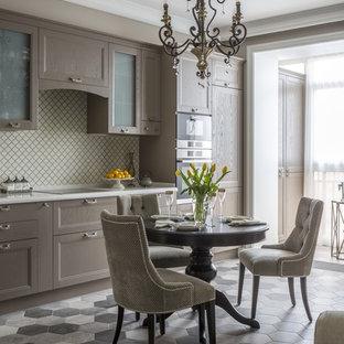 Diseño de cocina lineal, clásica renovada, abierta, sin isla, con armarios con paneles empotrados, puertas de armario beige, salpicadero beige, electrodomésticos de acero inoxidable, suelo de baldosas de porcelana y suelo gris