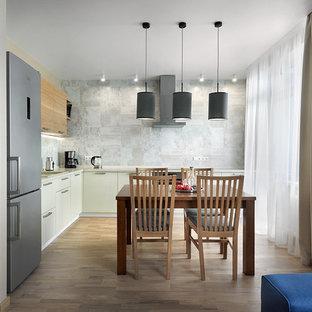 Удачное сочетание для дизайна помещения: угловая кухня среднего размера в современном стиле с обеденным столом, накладной раковиной, плоскими фасадами, бежевыми фасадами, столешницей из ламината, серым фартуком, фартуком из керамогранитной плитки, техникой из нержавеющей стали, паркетным полом среднего тона и бежевым полом без острова - самое интересное для вас