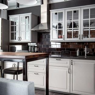 Свежая идея для дизайна: линейная кухня-гостиная среднего размера в стиле современная классика с фасадами с выступающей филенкой, белыми фасадами, черным фартуком, одинарной раковиной, фартуком из керамогранитной плитки, техникой из нержавеющей стали, полом из керамогранита и черным полом - отличное фото интерьера