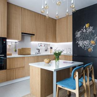 Неиссякаемый источник вдохновения для домашнего уюта: угловая кухня в современном стиле с двойной раковиной, плоскими фасадами, столешницей из акрилового камня, белым фартуком, фартуком из керамогранитной плитки, черной техникой, полом из керамогранита, белым полом, светлыми деревянными фасадами, островом и белой столешницей