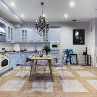 モスクワのトランジショナルスタイルのおしゃれなキッチン (アンダーカウンターシンク、レイズドパネル扉のキャビネット、紫のキャビネット、白いキッチンパネル、白い調理設備、アイランドなし、ベージュの床、ベージュのキッチンカウンター) の写真