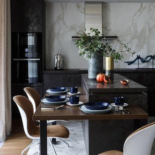 Создайте стильный интерьер: кухня в современном стиле с обеденным столом, плоскими фасадами, черными фасадами, белым фартуком, фартуком из каменной плиты, черной техникой, мраморным полом, островом, белым полом и черной столешницей - последний тренд