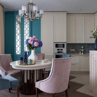 Inspiration för ett vintage beige beige kök med öppen planlösning, med luckor med infälld panel, beige skåp, grått stänkskydd och vita vitvaror