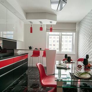 На фото: кухня в современном стиле с обеденным столом, плоскими фасадами, красными фасадами, черным фартуком, фартуком из стекла, мраморным полом, полуостровом, черным полом и черной столешницей с