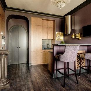 Идея дизайна: маленькая кухня в стиле фьюжн с деревянным полом, черным полом, плоскими фасадами, светлыми деревянными фасадами и полуостровом