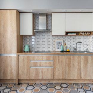 Свежая идея для дизайна: прямая кухня в скандинавском стиле с накладной раковиной, плоскими фасадами, светлыми деревянными фасадами, белым фартуком, разноцветным полом и коричневой столешницей без острова - отличное фото интерьера