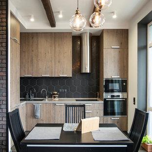 モスクワのコンテンポラリースタイルのおしゃれなダイニングキッチン (アンダーカウンターシンク、フラットパネル扉のキャビネット、中間色木目調キャビネット、黒いキッチンパネル、シルバーの調理設備の、無垢フローリング、アイランドなし、茶色い床、ベージュのキッチンカウンター) の写真
