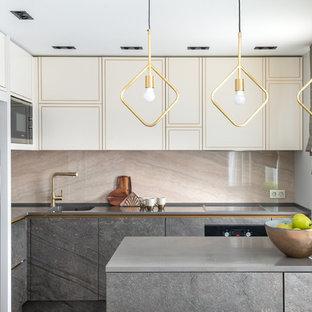 Пример оригинального дизайна: угловая кухня среднего размера в современном стиле с монолитной раковиной, бежевыми фасадами, столешницей из акрилового камня, бежевым фартуком, фартуком из керамогранитной плитки, серой столешницей, плоскими фасадами, черной техникой и полуостровом