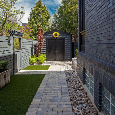 Design ideas for a mid-sized traditional side yard landscaping in Toronto.