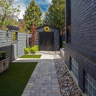 Cette image montre un jardin latéral traditionnel de taille moyenne.