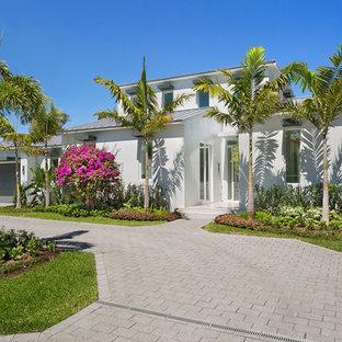На фото: класса люкс большие солнечные, летние участки и сады на переднем дворе в морском стиле с подъездной дорогой, освещенностью и мощением тротуарной плиткой
