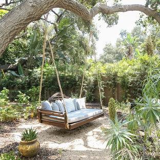 Imagen de jardín mediterráneo, en patio trasero, con gravilla