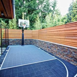 Moderner Garten neben dem Haus mit Sportplatz in Portland