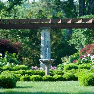 Новые идеи обустройства дома: садовый фонтан на заднем дворе в классическом стиле