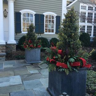 Foto de jardín francés, clásico, en invierno, en patio delantero, con jardín de macetas, adoquines de piedra natural y exposición total al sol