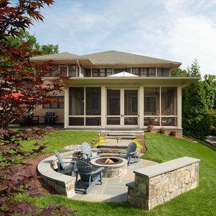 Geometrischer, Großer Klassischer Garten im Herbst, hinter dem Haus mit Kamin, direkter Sonneneinstrahlung und Natursteinplatten in Washington, D.C.