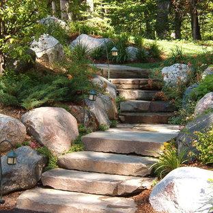 Modelo de jardín tradicional, en ladera, con adoquines de piedra natural