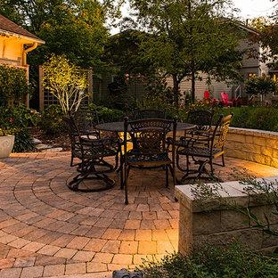 ミネアポリスの秋のコンテンポラリースタイルのおしゃれな庭 (コンクリート敷き、半日向、擁壁) の写真