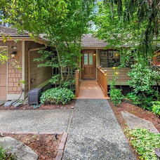 Contemporary Landscape by Seattle Staged to Sell LLC