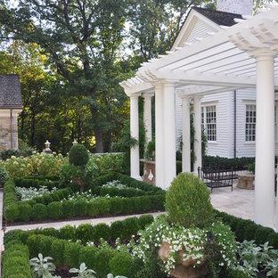 Kleiner, Geometrischer Klassischer Garten hinter dem Haus mit Natursteinplatten in New York