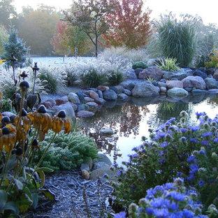 ミルウォーキーの巨大なトラディショナルスタイルのおしゃれな庭 (半日向) の写真