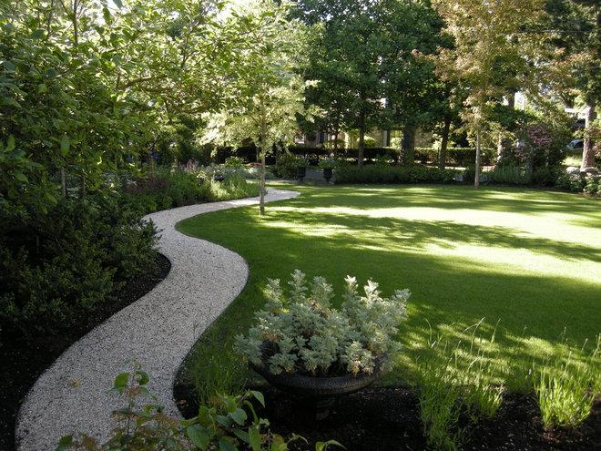 Traditional Landscape by THOMAS KYLE:  Landscape Designer