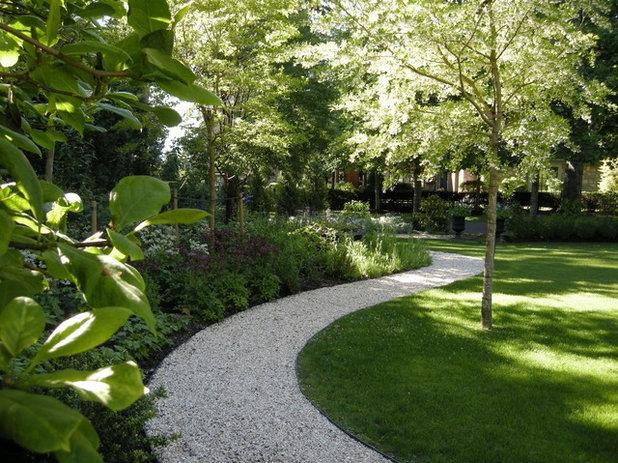 Traditional Garden by THOMAS KYLE:  Landscape Designer