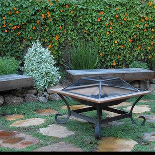На фото: весенний огород на участке среднего размера на заднем дворе в средиземноморском стиле с полуденной тенью и покрытием из каменной брусчатки с