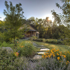 Traditional Landscape by Julie Moir Messervy Design Studio (JMMDS)