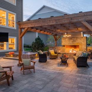Große Gartenkamin hinter dem Haus mit direkter Sonneneinstrahlung und Natursteinplatten in Minneapolis