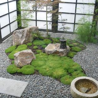 Ispirazione per un piccolo giardino etnico in cortile con fontane e ghiaia