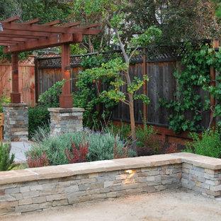 Réalisation d'un grand jardin arrière craftsman avec une exposition partiellement ombragée et un gravier de granite.