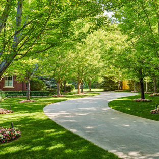 Inspiration for a traditional front yard driveway in Denver for summer.