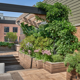 Inspiration for a mid-sized contemporary partial sun rooftop landscaping in Chicago with decking.